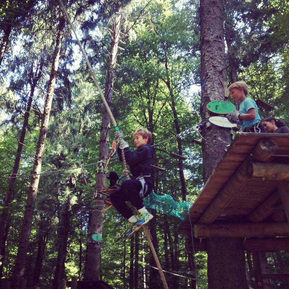 Le saut de Tarzan des enfants